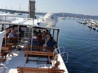 En el barco en bancos de madera