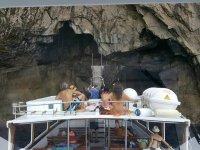 Visitando la cueva en barco
