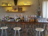 Barra de bar con bebidas