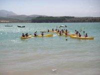 学生划独木舟