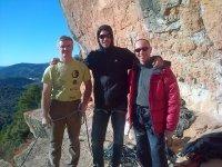 companero上升登山者在攀登蒙特塞拉特后