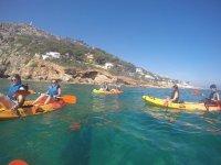 Recorriendo las calas en kayak