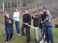 Amigos practicando tiro con arco