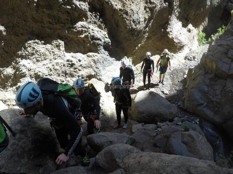 Gruppo che avanza attraverso il canyon