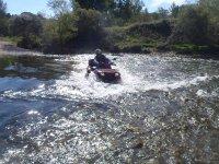 在四轮摩托车上穿越河
