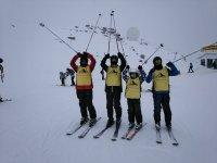 饲养猎犬不同年龄的滑雪者在内华达山脉的滑雪升降机滑雪者滑雪位置