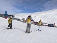 滑雪者在内华达山脉的山坡上滑雪训练