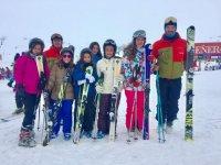 教师与学生群体的滑雪