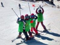 年轻学生滑雪学校