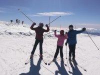 用滑雪杖与学生登山敬礼Peques