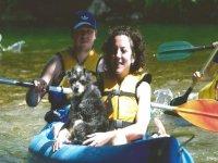 Condivisione della canoa con il cane