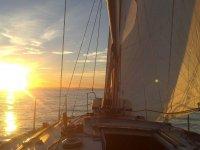 帆船在太阳落山时