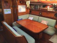 Salon con mesa en el barco