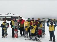Gruppo di studenti di snowboard in Sierra Nevada