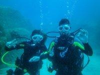 潜水员在海底