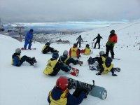 Alumnos de la clase de snowboard
