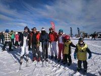 Esquiadores de varias edades en Granada