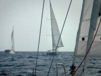 帆船帆船随着太阳在导航期间落在