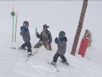 Alumnos de esqui con el pirata