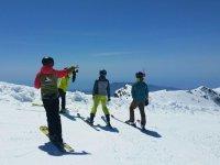 Dando indicaciones a los esquiadores
