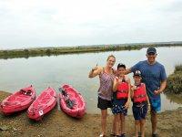 Familia junto a los kayaks