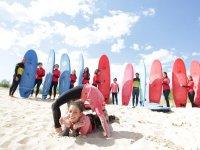 Alumnas de surf haciendo el puente
