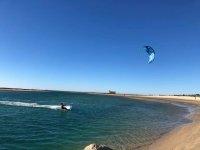 Experto de kite surf en el mar