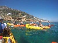 Grupo compartiendo kayaks