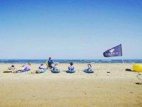 Chavales practicando en la playa