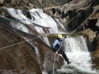 Descolgandose sobre la cascada en el Ezaro