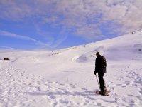 Raquetas de nieve en la ladera helada