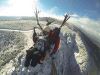 En parapente biplaza sobre las montañas