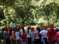 Escolares visitando el huerto