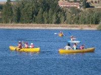 Canoas en agua embalsada