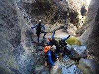 Jugando entre las rocas del barranco