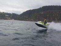 Acelerando la moto sobre el mar