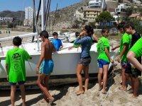 Studenti intorno alla barca