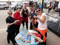 Compartiendo comida tras la inmersion