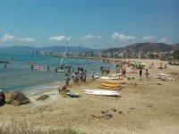 在海滩上冲浪板儿童区水上运动