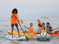 Sailing in sup accanto ai kayak