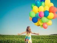 Peque con globos de colores