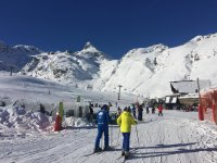 Skiers approaching the meeting point