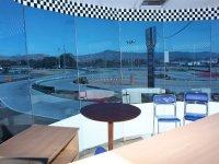 Mesas cubiertas con vistas a la pista