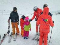 Profesores de esqui mientras nieva en Baqueira