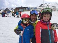 Jovenes esquiadores con su instructor