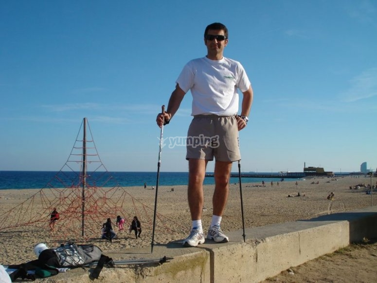 Realizando nordic walking en la playa