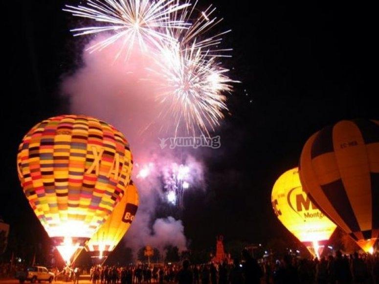Fuegos artificiales y globos iluminados