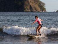 Alcanzando la orilla con la tabla de surf