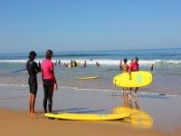 Sulla spiaggia durante la lezione di surf