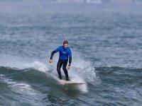 Surfista con neopreno encima de la tabla